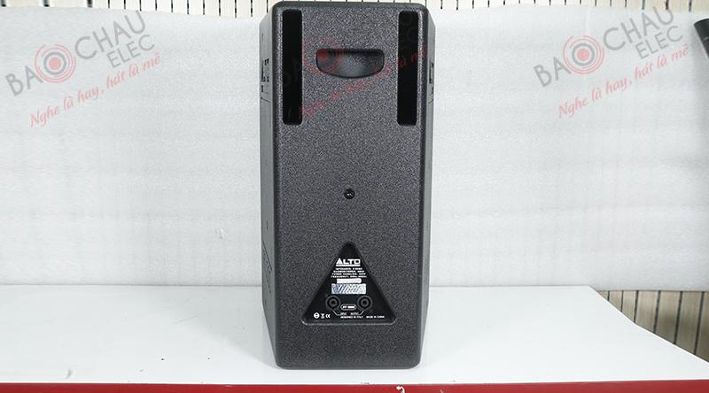 Mặt sau loa Alto AT1000 được thiết kế đơn giản với 2 cổng neutrik và thông số kỹ thuật