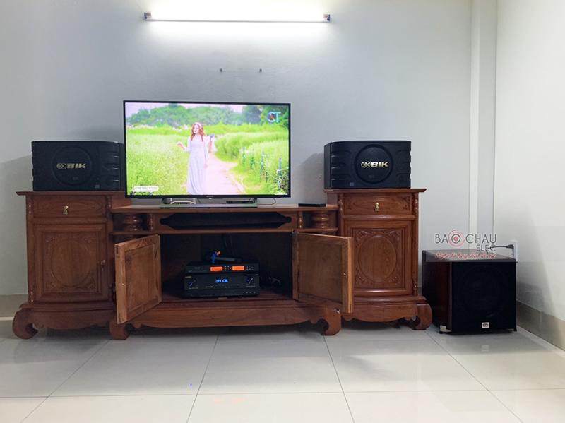 https://chauaudio.com/cdn/images/Anh%20SP/loa-karaoke/dan-karaoke-gia-dinh-anh-luc-5-su-dung-loa-bik-bj668.jpg