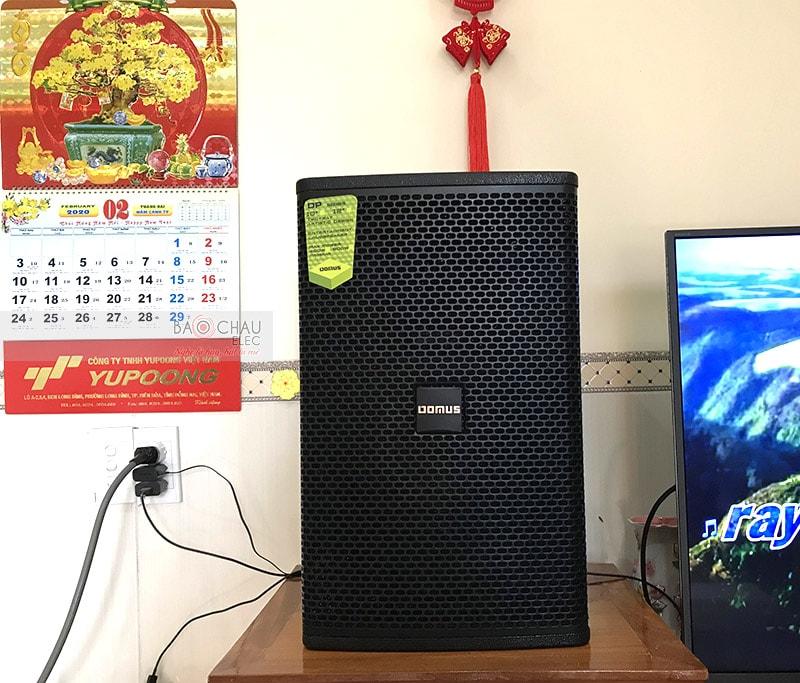 Loa karaoke Domus DP6100 được thiết kế theo phong cách hiện đại, kiểu dáng loa đứng, kích thước tiêu chuẩn, dễ dàng vận chuyển và lắp đặt trong nhiều không gian khác nhau