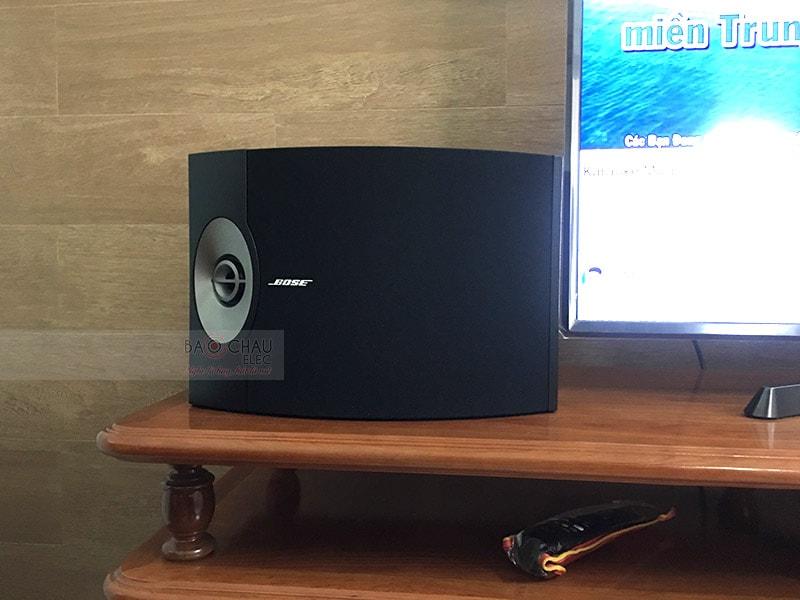 Loa karaoke Bose 301 Series Vthương hiệu Mỹ, sản xuất tại Mexico, sở hữu kiểu dáng nhỏ gọn,bề mặt phủ sơn màu đen toát nên vẻ lịch lãm mang đến phong cách hiện đại cho không gian sử dụng