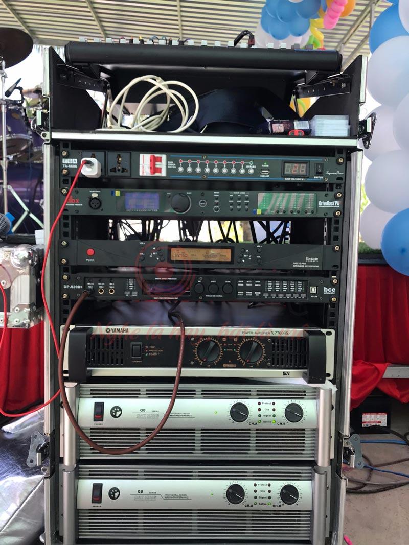 Một tủ rack với những thiết bị cần thiết cho một dàn nhạc sống tiêu chuẩn