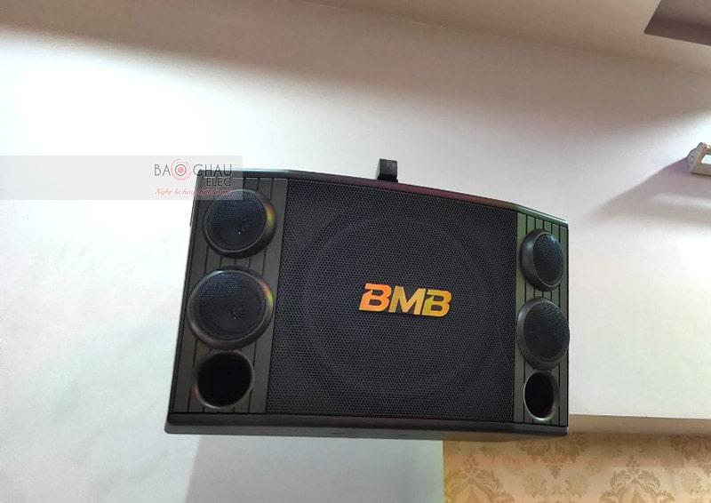 BMB CSD2000(SE) là hệ thống3 đường tiếng, cấu tạo gồm 1 loa bass 30cm, 2 loa treble 8cm và 2 loa mid 8cm. Hoạt động ở mức công suất 500/ 1200W, cho âm thanh sống động, mạnh mẽ