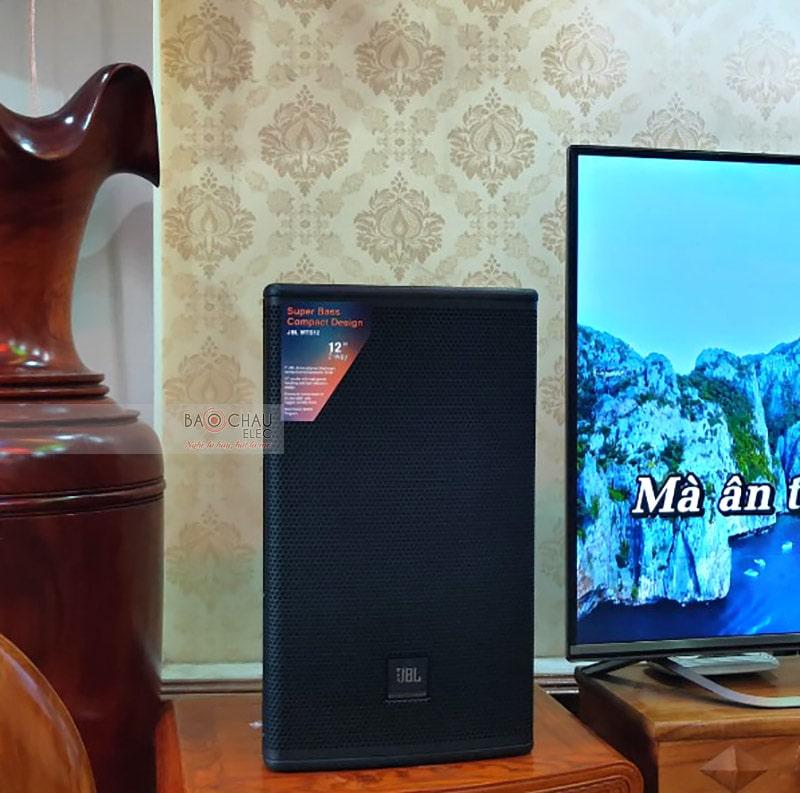 Loa karaoke JBL MTS12 được thiết kế với kiểu dáng đứng, chắc chắn tạo cho người nhìn cảm giác mạnh mẽ, cứng cáp