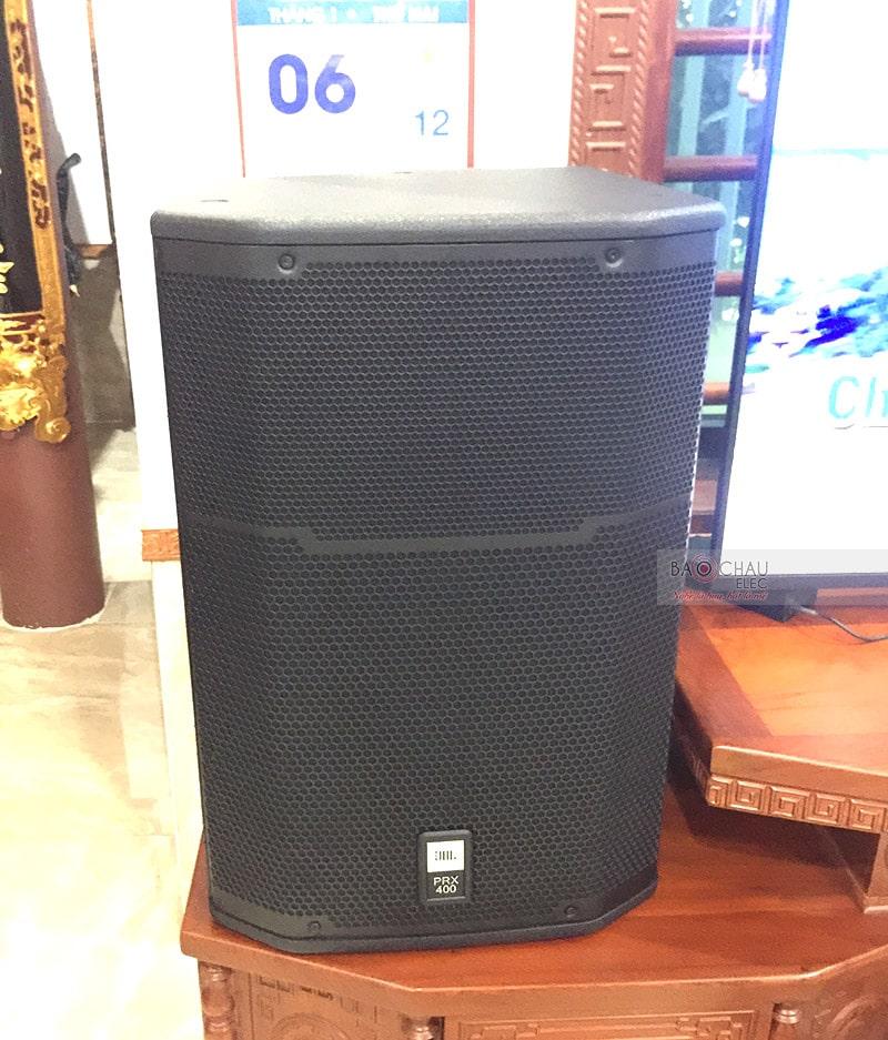 Loa JBL PRX 415M là hệ thống 2 đường tiếng, sử dụng bass 40cm, hoạt động ở mức công suất 300/ 1200W, cho âm thanh sống động, mạnh mẽ