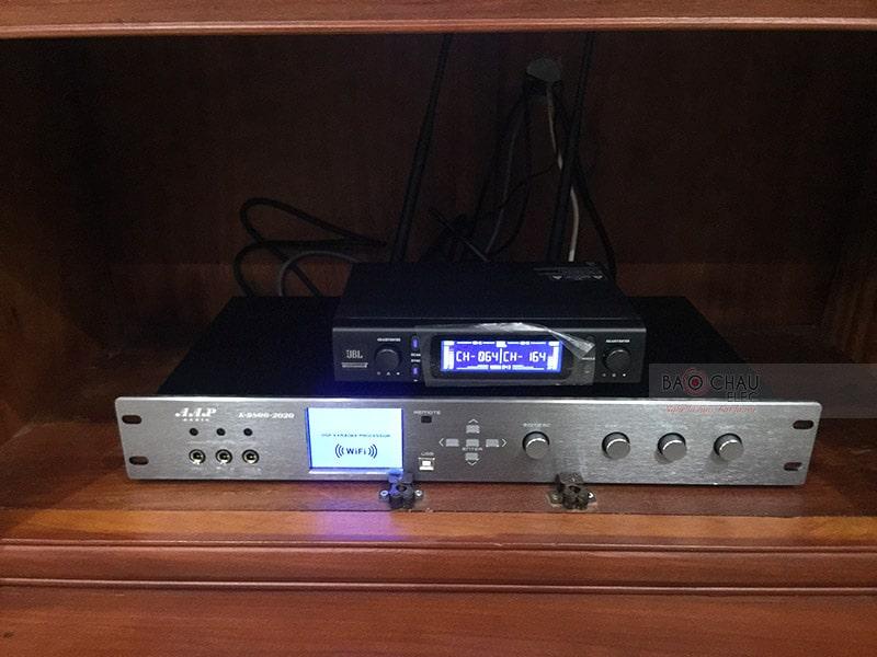 Vang sốAAP K9800New 2020 được trang bị 6 đường tín hiệu ra cho người dùng dễ dàng phối ghép, hiệu chỉnh với các thiết bị loa có kích thước và công suất khác nhau cho âm thanh được chân thực và sắc nét nhất