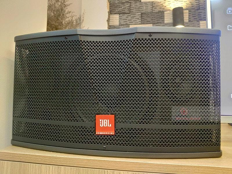 Là mẫu loa karaoke mới nhất đến từ hãng JBL, mang phong cách thiết kế hiện đại, sử dụng tone màu đen sang trọng. Hệ thống 2 đường tiếng, cấu tạo gồm 1 củ bass 30cm và 2 củ treble 7.6cm, hoạt động ở mức công suất300/ 1200Wtái tạo âm thanh mạnh mẽ, tròn đầy, thể hiện rõ rệt các dải
