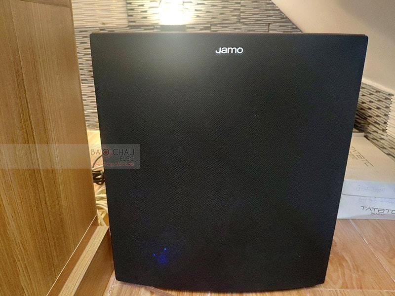 Sub điện Jamo J12 trang bị củ bass 30cm với màng loa làm từ sợi poly mạ nhôm cho loa hạn chế tình trạng méo tiếng. Mạch Class D cho công suất 400W giúpâm thanh khuếch đại mạnh mẽ, lan tỏa rộng trong không gian