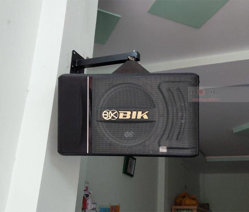 Loa karaoke BIK BJ-S886 được sản xuất với quy trình nghiêm ngặt và hệ thống linh kiện cao cấp tại Nhật Bản. Thiết kế đẹp mắt, mang tone màu đen sang trọng, dễ dàng bố trí mọi không gian giải trí