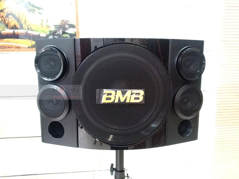 Hệ thống 3 đường tiếng, sử dụng củ bass 30cm, công suất300/ 800W mang đến chất âm sống động, uy lực, phù hợp để hát karaoke và nghe nhạc trong những không gian rộng khoảng 20 - 30m2