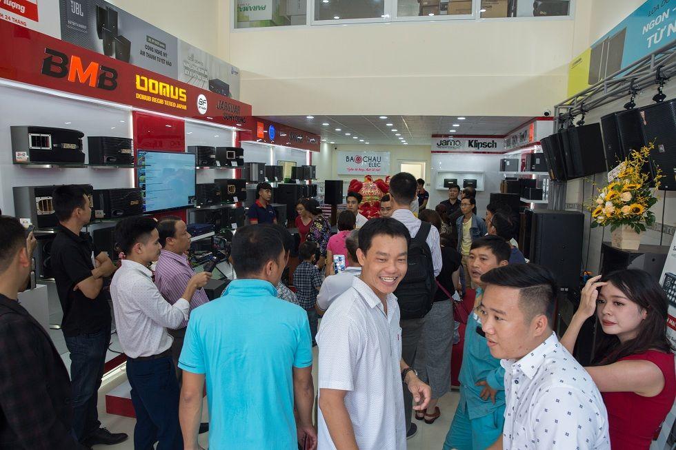 Khách hàng tham quan, mua sắm tại showroom âm thanh Bảo Châu Elec HCM