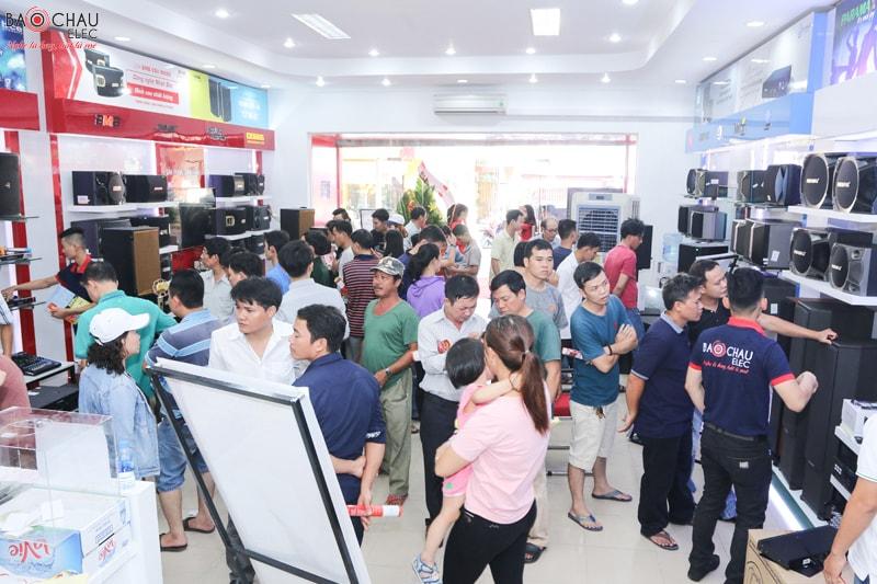 Khách hàng tham quan mua sắm tại Bảo Châu Elec Miền Nam