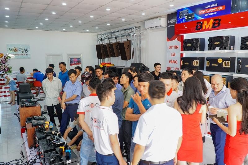 Khách hàng tham quan, mua sắm tại showroom Bảo Châu Elec Miền Trung