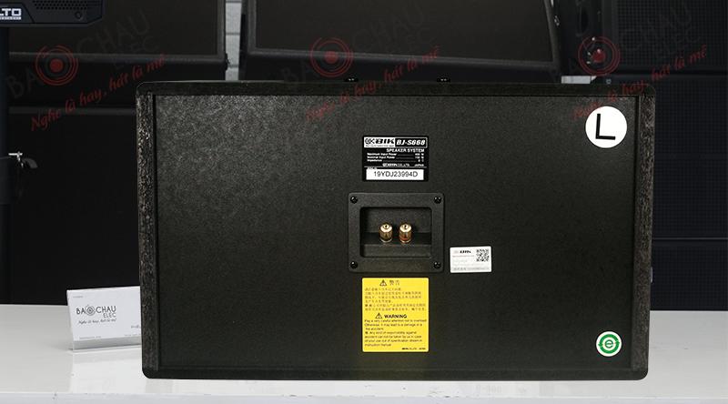 Mặt sau loa chính hãng đầy đủ tem mác, mã vạch cùng các thông số kỹ thuật cơ bản