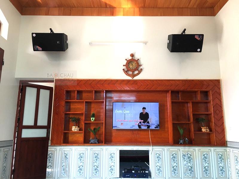 Bạn có thể treo loa karaoke trên tường hoặc đặt trên kệ