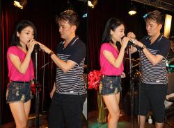 Hướng dẫn cách cầm micro hát karaoke